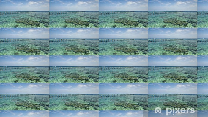 Vinyltapete nach Maß Ansicht der alten Steg gebrochen während des sonnigen Tages mit Korallen und grünen s - Inseln