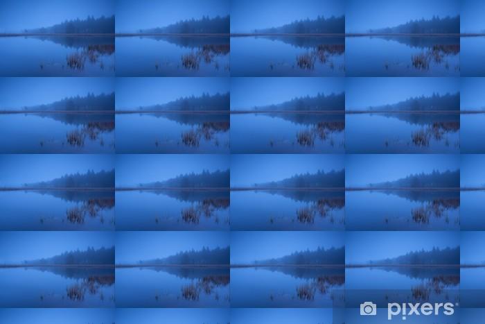 Papier peint vinyle sur mesure Crépuscule brumeux sur le lac - Eau