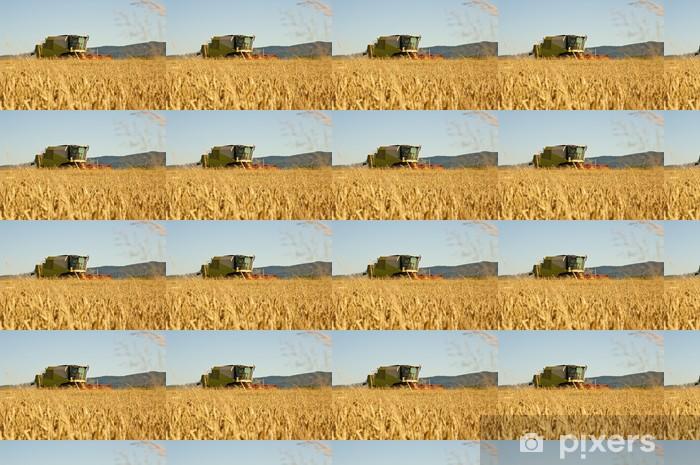 Papier peint vinyle sur mesure Moissonneuse-batteuse au travail récolter un champ de blé - Agriculture