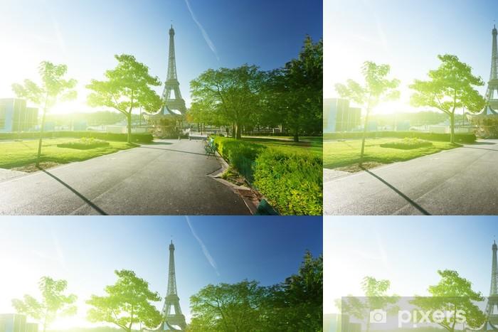 Vinyltapete Sonniger Morgen und Eiffelturm, Paris, Frankreich - Europäische Städte