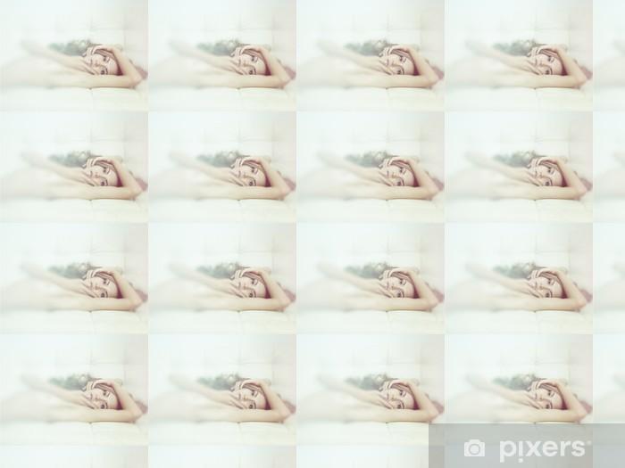 Papier peint vinyle sur mesure Femme sensuelle dans son lit - Beauté et soins du corps