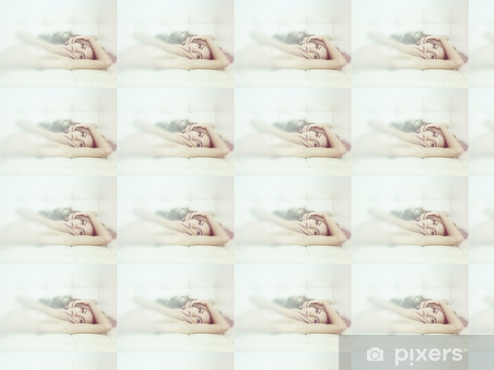 Tapeta na wymiar winylowa Zmysłowa kobieta w łóżku - Uroda i pielęgnacja ciała