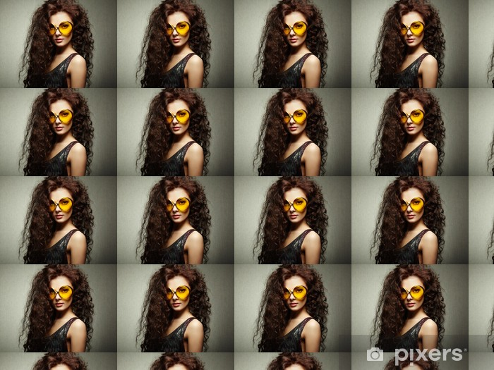 Papier peint vinyle sur mesure Portrait de la belle femme en lunettes de soleil sur fond blanc - Mode