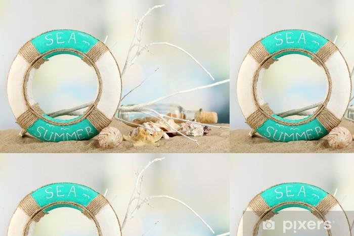 Papier peint à motifs vinyle Bouées de sauvetage et de coquillages sur le sable, sur fond clair - Objets et accessoires