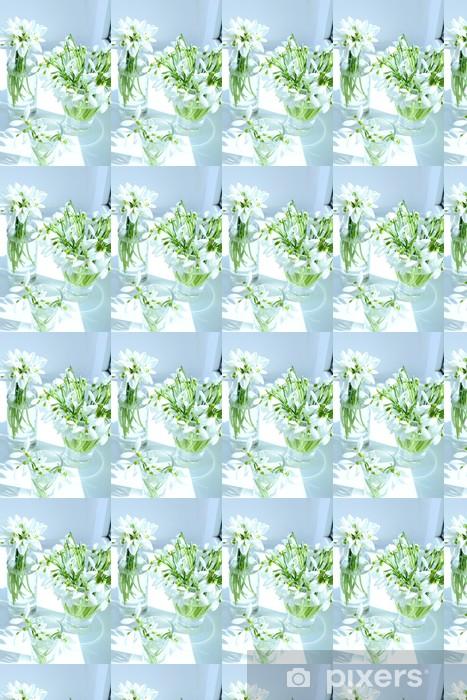 Smukke buketter af snowdrops i vaser på vindueskarmen Personlige vinyltapet - Blomster