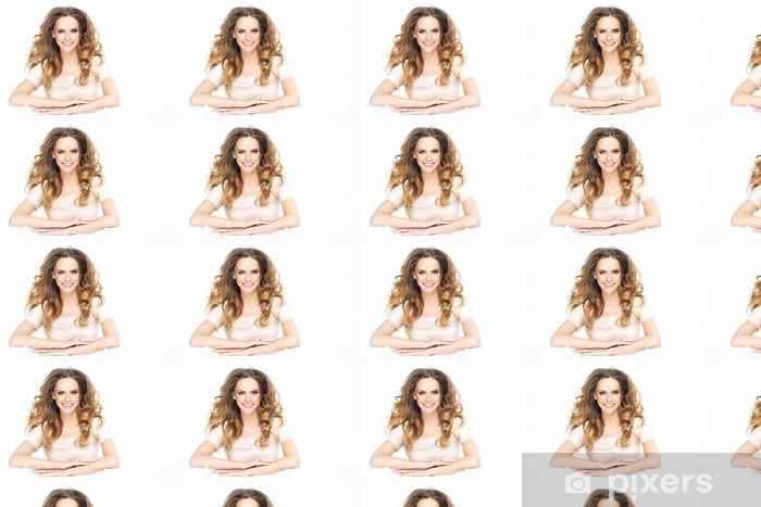 Tapeta na wymiar winylowa Uśmiechnięta młoda kobieta z białymi zębami pereł - Kobiety