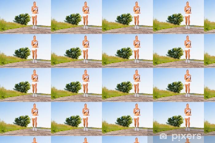 Papier peint vinyle sur mesure Jeune femme athlétique courir sur la route - Thèmes