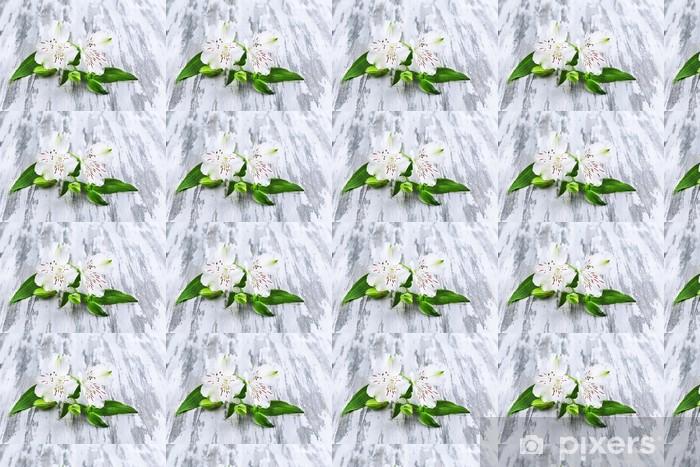 Vinyltapete nach Maß Schöne Alstroemeria Blumen auf grauem Holztisch - Blumen