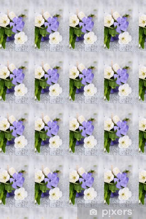 Tapeta na wymiar winylowa Barwinek piękny bukiet z kwiatów na drewnianym stole - Owoce