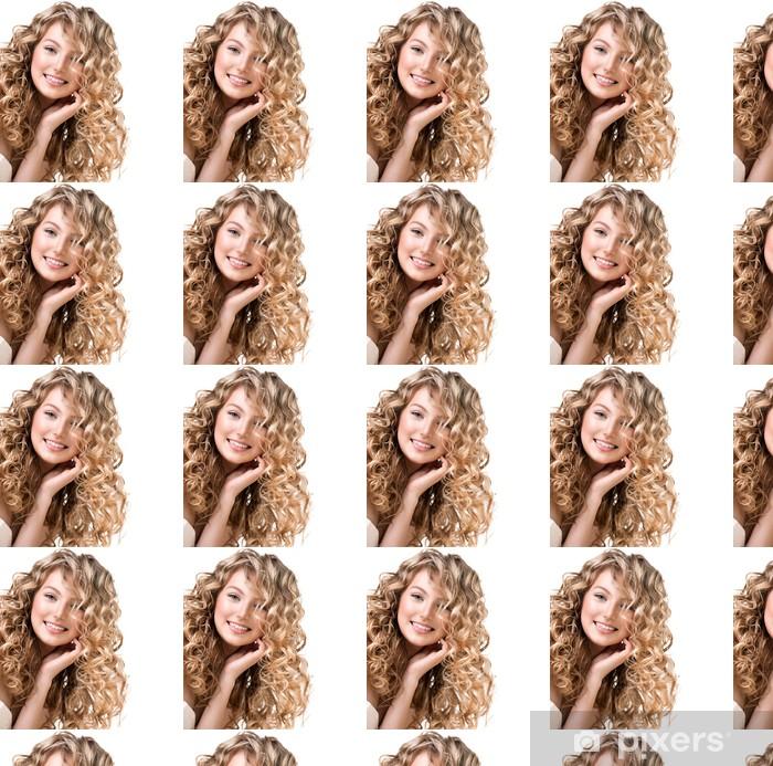 Vinylová tapeta na míru Krásná dívka s blond kudrnaté vlasy. Dlouhé vlasy po trvalé ondulaci - Žena