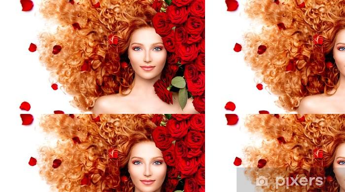 Vinylová Tapeta Krása modelu dívka s kudrnatými zrzavými vlasy a krásné červené růže -