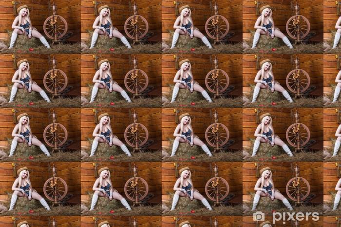 Tapeta na wymiar winylowa Młody seksowną dziewczynę w bielizna zasiadania w stodole z sianem - Kobiety