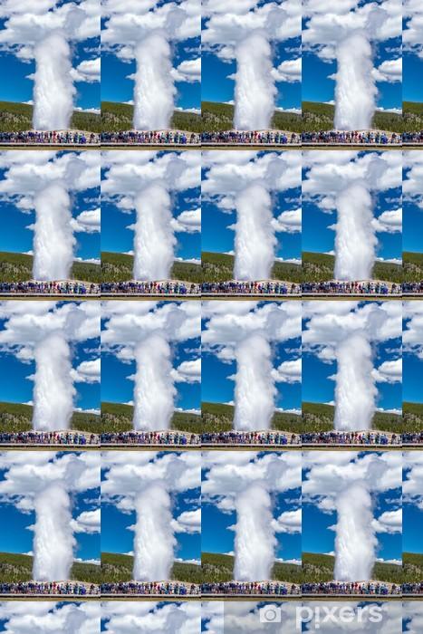 Vinyltapete nach Maß Touristen beobachten den Old Faithful im Yellowstone ausbreche Natio - Amerika
