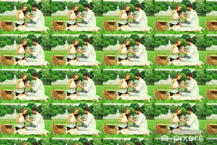 Tapeta na wymiar winylowa Para w parku na pikniku i picia wina białego - Alkohol