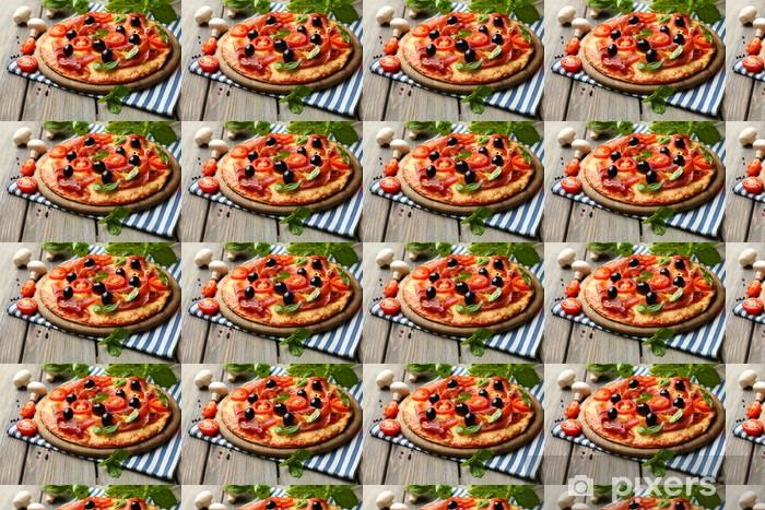 Papier peint vinyle sur mesure Délicieuse pizza servi sur table en bois - Thèmes