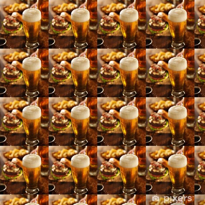 Tapeta na wymiar winylowa Piwo z hamburgerami w tabeli restauracja - Alkohol