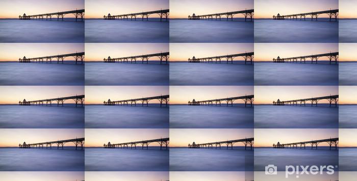 Vinylová tapeta na míru Krásný dlouhý západ slunce nad oceánem expozice s molo silueta - Témata