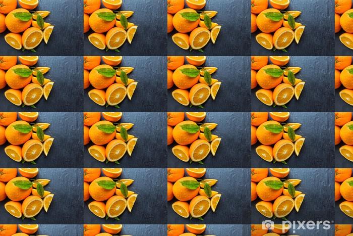 Papier peint vinyle sur mesure Orange frais sur la pierre noire - Fruits