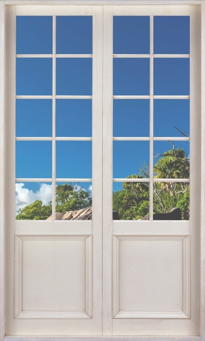 Fototapeta winylowa Białe drzwi - Tropiki - Widok przez drzwi