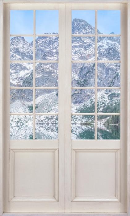 Fototapeta winylowa Białe drzwi - Morskie Oko - Widok przez drzwi