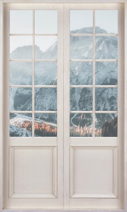 Fototapeta winylowa Białe drzwi - Łodzie. Góry Dolomity - Widok przez drzwi