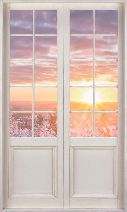 Vinyl-Fototapete Weiße Tür - Skandinavien. Landschaft bei Sonnenuntergang - Blick durch die Tür