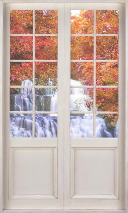 Fototapeta winylowa Białe drzwi - Wodospad w dżungli. Nowa Zelandia - Widok przez drzwi