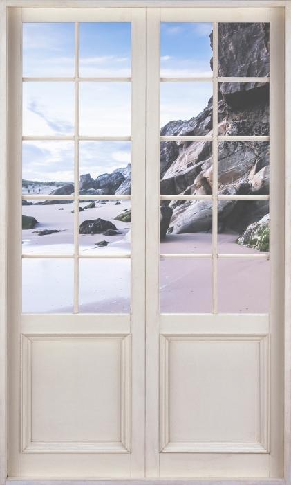 Fototapeta winylowa Białe drzwi - Wybrzeże we Francji. - Widok przez drzwi