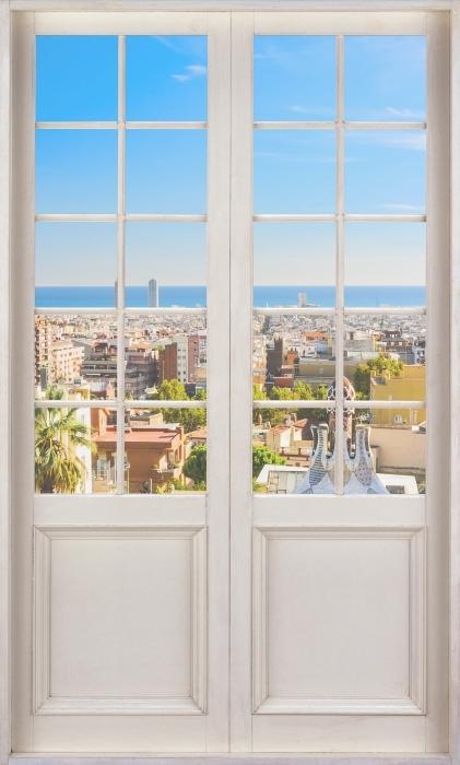 Fototapeta winylowa Białe drzwi - Park Guell w Barcelonie. Hiszpania. - Widok przez drzwi