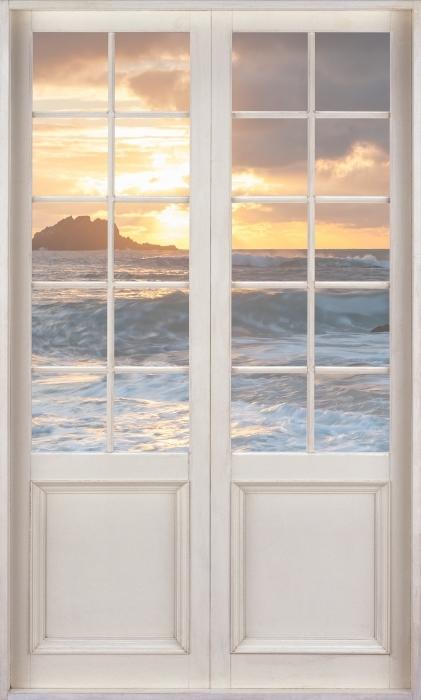 Fototapeta winylowa Białe drzwi - Wielka Brytania - Widok przez drzwi