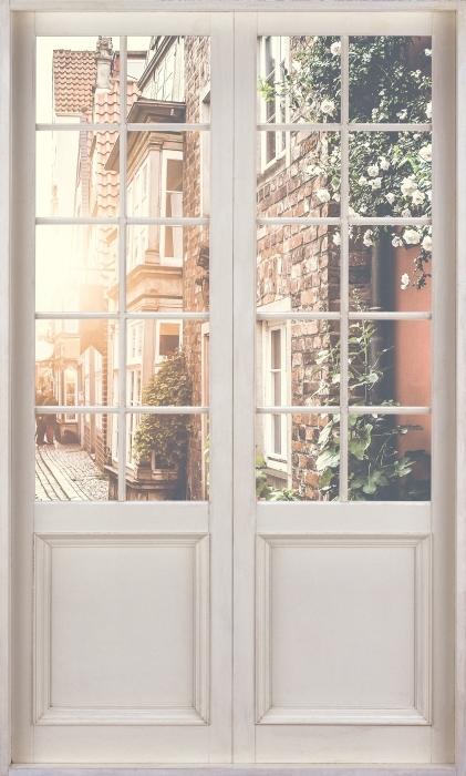 Fototapeta winylowa Białe drzwi - Stare ulice - Widok przez drzwi