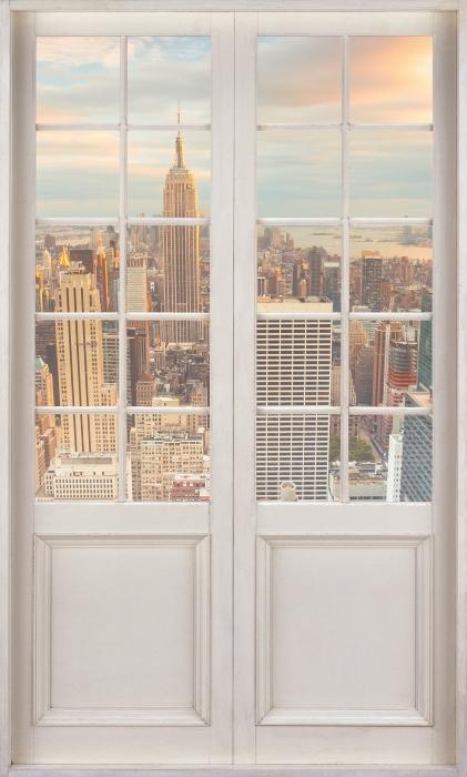 Papier peint vinyle Porte Blanche - Vue Sur Le Coucher Du Soleil À New York - La vue à travers la porte