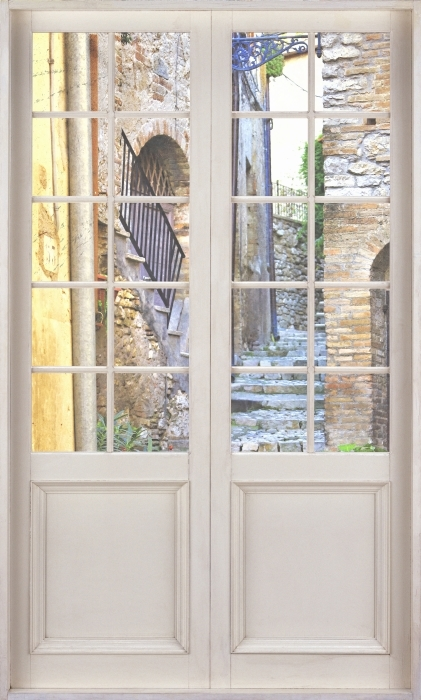Fototapeta winylowa Białe drzwi - Urocze stare uliczki - Widok przez drzwi