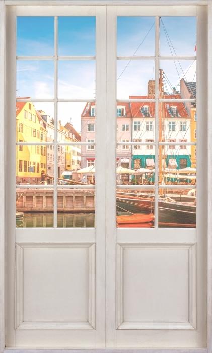 Fototapeta winylowa Białe drzwi - Kopenhaga - Widok przez drzwi