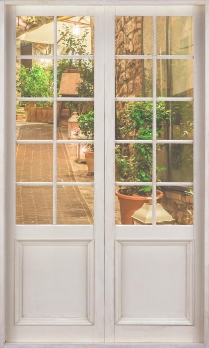 Fototapeta winylowa Białe drzwi - ulica we Włoszech - Widok przez drzwi