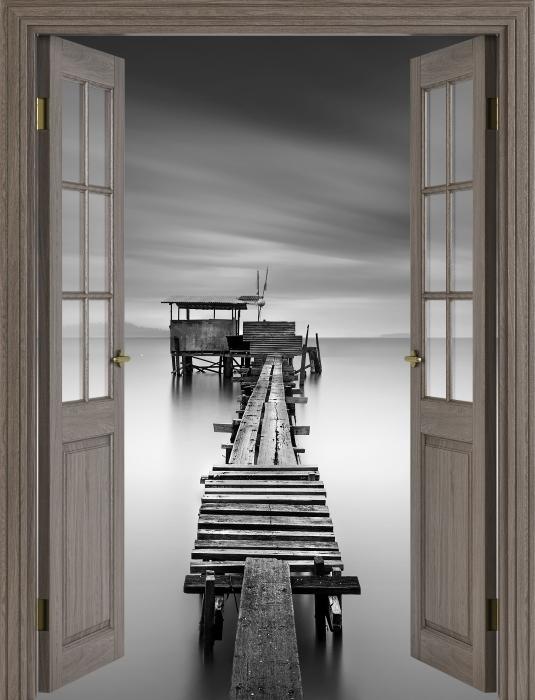 Fototapeta winylowa Brązowe drzwi - drewniane molo - Widok przez drzwi