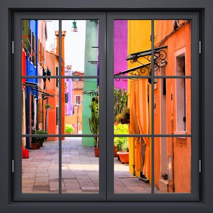 Fototapeta winylowa Okno czarne zamknięte - Kolorowa ulica w Burano. Włochy. - Widok przez okno