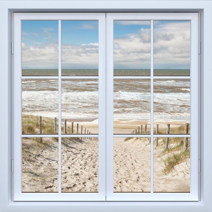 Fototapeta winylowa Okno białe zamknięte - Piasek na plaży w słoneczny dzień - Widok przez okno