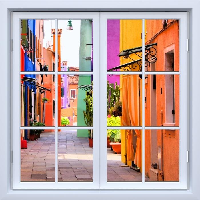 Fototapeta winylowa Okno białe zamknięte - Kolorowa ulica w Burano. Włochy. - Widok przez okno