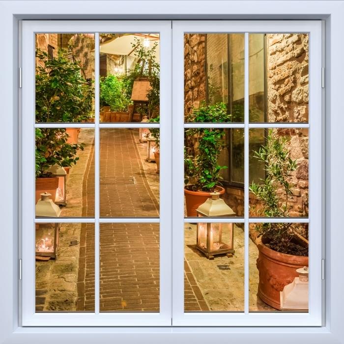 Fototapeta winylowa Okno białe zamknięte - ulica we Włoszech - Widok przez okno