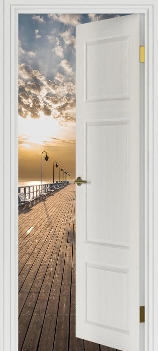 Papier peint vinyle Porte Blanche - Lever De Soleil À La Jetée - La vue à travers la porte