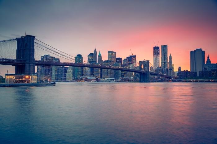 Fototapeta winylowa Brooklyn Bridge o zmierzchu, New York City - 3D City