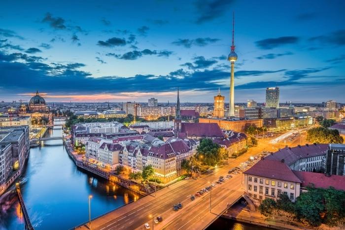 Sticker Pixerstick Vue aérienne de Berlin horizon avec des nuages dramatiques dans le crépuscule pendant l'heure bleue au crépuscule, Allemagne -