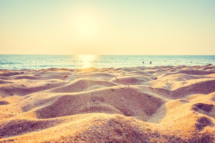Carta Da Parati Bella Spiaggia Di Sabbia E Il Mare Al Tramonto Con