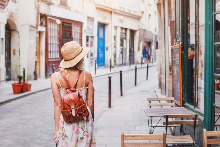 Nálepka Pixerstick žena turistické chůzi na ulici, v létě módní styl, cestovat do Evropy -