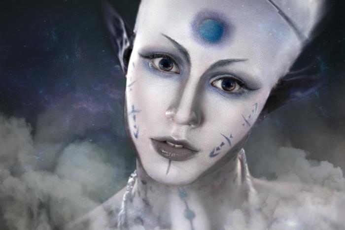 Naklejka Pixerstick Piękna dziewczyna z tajemniczym makijażu Alien - UFO