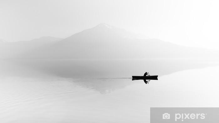 Mural de Parede em Vinil Névoa sobre o lago. Silhueta de montanhas ao fundo. O homem flutua em um barco com uma pá. Preto e branco - Hobbies e Lazer