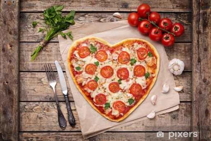 Fotomural Estándar Corazón en forma de pizza margherita concepto de amor para el día de San Valentín con mozzarella, tomates, perejil y ajo en el fondo de la tabla de madera de época. - Comida