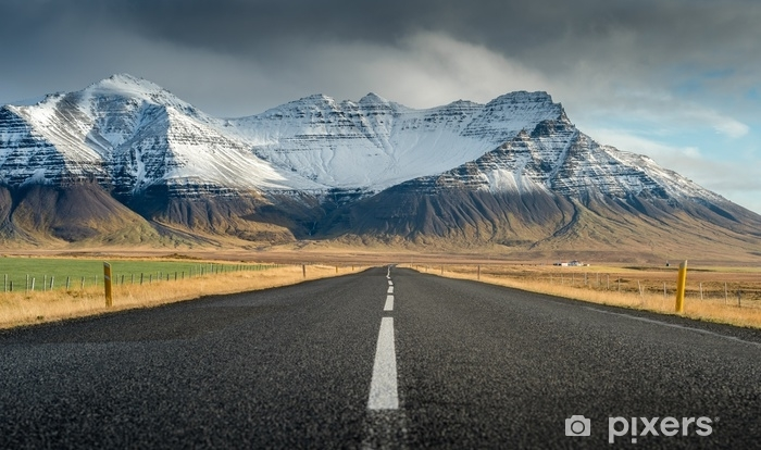 Afwasbaar Fotobehang Perspectief weg met sneeuw bergketen achtergrond in bewolkt dag herfst seizoen IJsland - Transport