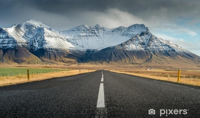 Vinyl Fotobehang Perspectief weg met sneeuw bergketen achtergrond in bewolkt dag herfst seizoen IJsland - Transport